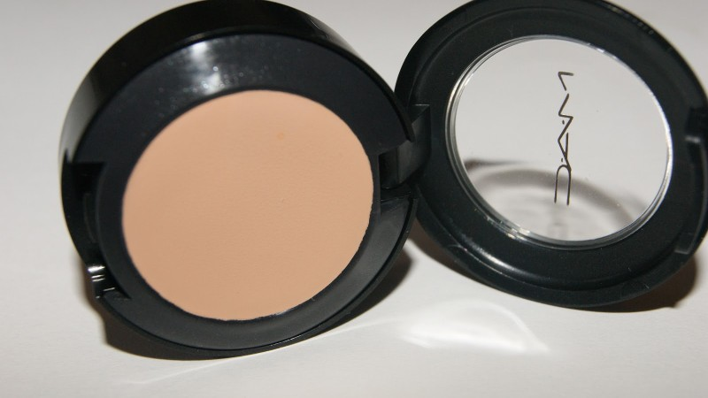 MAC Studio Finish Concealer NW20 Review Swatch Under Eye 007